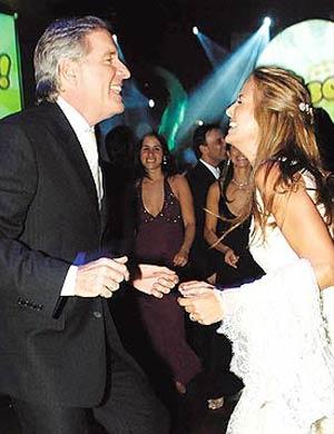 Ticiane Pinheiro em vestido rendado do estilista Rogério Figueiredo durante seu casamento com o empresário Roberto Justus, em 2006