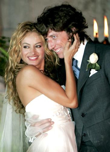 A estrela pop mexicana Paulina Rubio em tomara-que-caia em musseline de seda assinado por Rosa Clará durante cerimônia de casamento com o empresário espanhol Nicolas Vallejo Nagera, em 2007