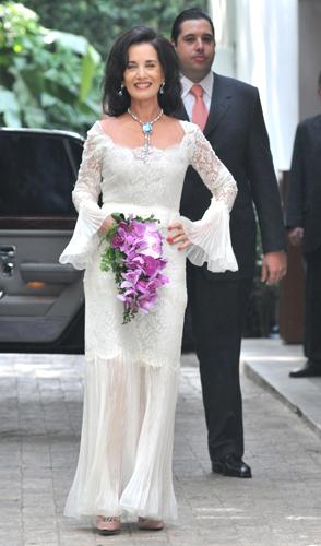 Eleonora Mendes Caldeira, de vestido comportado com rendas e mangas com leve volume criado pelo estilista Guilherme Guimarães para seu casamento com o empresário Ivo Rosset, em 2008