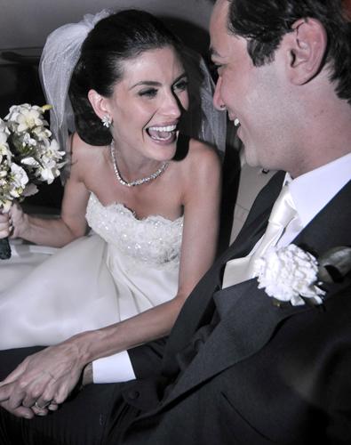 Isabela Fiorentino de tomara-que-caia Tufi Duek com detalhes de pedraria no busto em seu casamento com o empresário Stefano Hawilla, em 2008