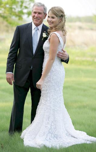 Jenna Bush posa ao lado do pai George W. Bush, ex-presidente norte-americano, com o vestido de noiva rendado criado por Oscar de la Renta para seu casamento com Henry Hager, em 2008