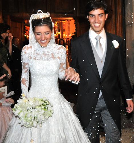 Maria das Graças Trussardi Rudge em vestido comportado com gola alta e manga longa rendada Daslu Couture durante seu casamento com Otávio Piva de Albuquerque Filho, em 2008