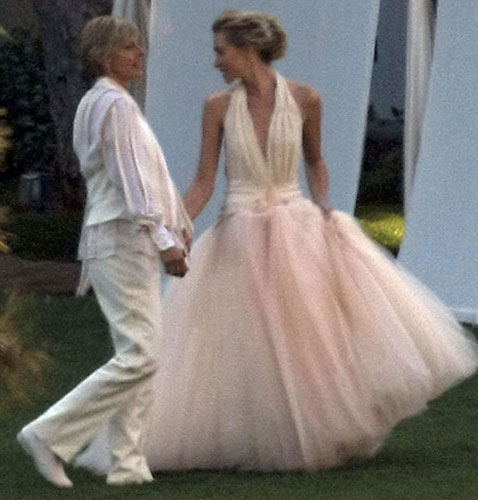 Portia de Rossi em vestido frente-nica com saia volumosa de tule rosado, criado pelo estilista Zac Posen, durante seu casamento com a comediante Ellen De Generes, em 2008