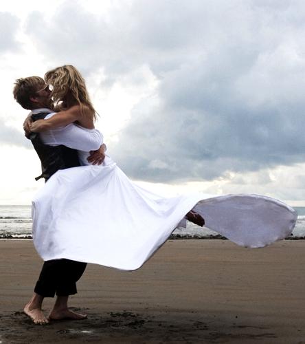 Para seu casamento na Costa Rica com Chris Hotell em 2009, a snowboarder Gretchen Bleiler escolheu um vestido fluido Angelina Bridal Couture