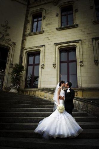 A top canadense Coco Rocha escolheu um vestido com cauda volumosa criado para ela especialmente pelo estilista Zac Posen para seu casamento com James Conran. A cerimônia foi realizada em um castelo no Vale do Loire, na França (09/06/2010)