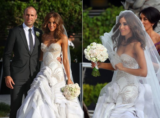 A modelo e apresentadora australiana Rebecca Twigley casou com o jogador de futebol Chris Judd usando um vestido com saia em camadas e corpo rendado e bordado sobre fundo cor de pele assinado pela dupla Jacob Luppino e Anthony Pittorino da J'Aton Couture (31/12/2010)