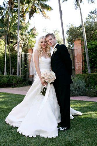 O estilo clássico foi o escolhido pela cantora Avril Lavigne para se casar com Deryck Whibley, vocalista da banda Sum 41, em 2006. Conhecida por seus looks rebeldes e alternativos, a roqueira surpreendeu fãs e convidados ao optar por um modelo tomara que caia Vera Wang com decote princesa, acabamento com fitas de cetim próximo à cintura e saia rodada. Uma faixa de renda adornou o contorno do busto e a barra do vestido. Para finalizar, o véu longo foi fixado nos cabelos soltos