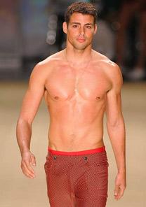 Cauã Reymond desfila moda praia na passarela da Blue Man