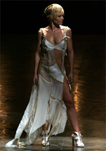 A apresentadora Ang�lica encerra desfile de Carlos Tufvesson com entrada sensual
