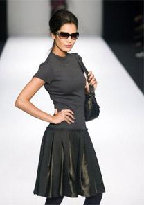 Look básico e funcional de saia e camiseta pretas. Moderno com óculos escuros e cabelos presos
