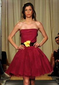 O vestido da marca Studio Pilar � rom�ntico, festivo, mas sem efeito 'bolo de noiva'. Custa R$ 860