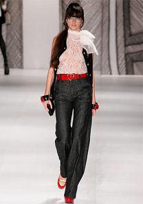 No look da Triton o jeans agrega a tendência da pantalona