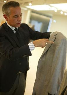 Paolo Vaccari, especialista em ternos da Ermenegildo Zegna, mostra estrutura do ombro do palet�