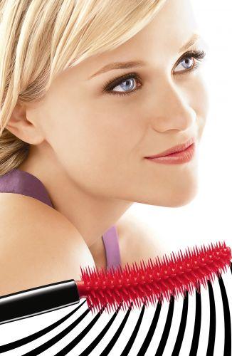 Reese Whiterspoon, porta-voz mundial da Avon, aparece na campanha de divulgação da nova máscara da marca: SuperCurlacious. O produto acaba de ser lançado no Brasil