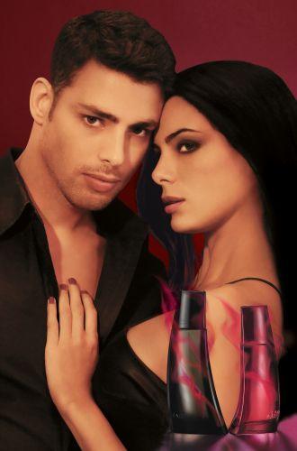 O ator Cauã Reymond aparece ao lado da modelo Lucy Vivas na campanha dos novos perfumes da Avon, Aromadisiac. Além das fotos, a campanha conta também com veiculação de vídeos em canais de TV aberta