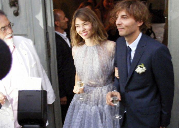 Sofia Coppola deixa igreja após casamento com o músico Thomas Mars. A noiva usou um vestido do estilista Azzedine Alaïa (27/8/11)