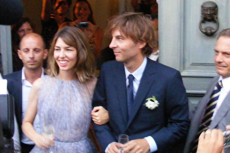 Com vestido de Azzedine Alaïa, Sofia Coppola deixa igreja ao lado do marido Thomas Mars. A cerimônia foi realizada em Bernalda, na Itália (27/8/11)