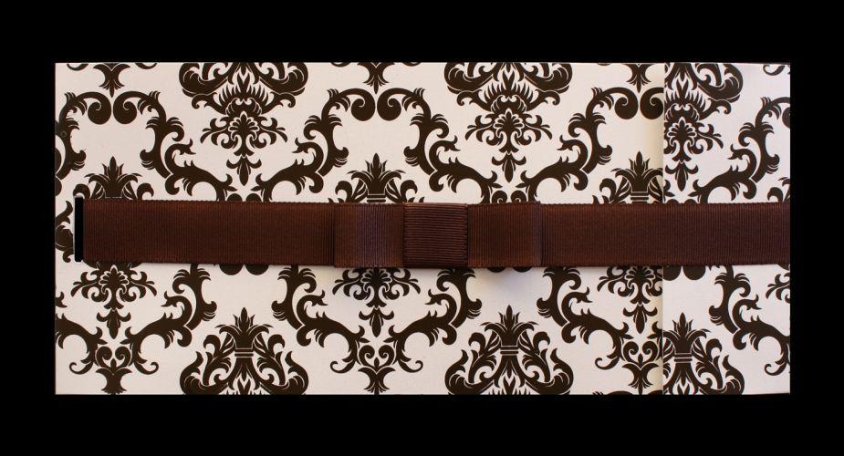 Da Art Invitte: modelo Veneza listrado quadrado com impressão do texto em relevo americano sépia e envelope reto com impressão de listras e amarração. R$ 446 (100 unidades). A amarração com fita de cetim marrom com passador dourado oval com strass tem preço sob consulta
