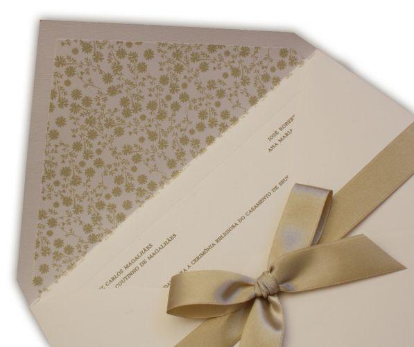 Modelo em papel Markatto Stille Naturale 250g e envelope com forro estampado Petit Ffleurs e laço com fita de cetim champanhe; R$ 660 (100 unidades, na Art Invitte