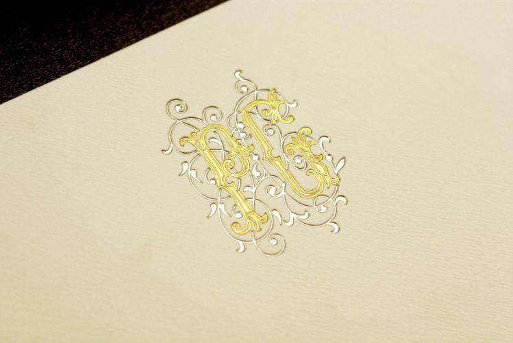 Detalhe do monograma dos noivos em modelo da Dom Bosco Festas