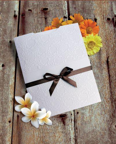 Envelope estampado com design de flores; a partir de R$ 17,78 a unidade, na Dom Bosco Festas