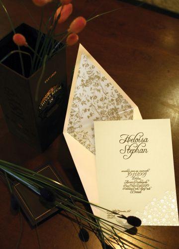 Modelo traz relevo timbrado floral, fechamento em bico e forro com textura exclusiva; a partir de R$ 9,47 a unidade, na Dom Bosco Festas