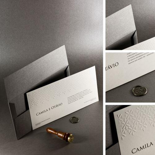 Modelo com lacre em cera com o desenho do relevo seco; R$ 1.640 (100 unidades), na Laviva Convites