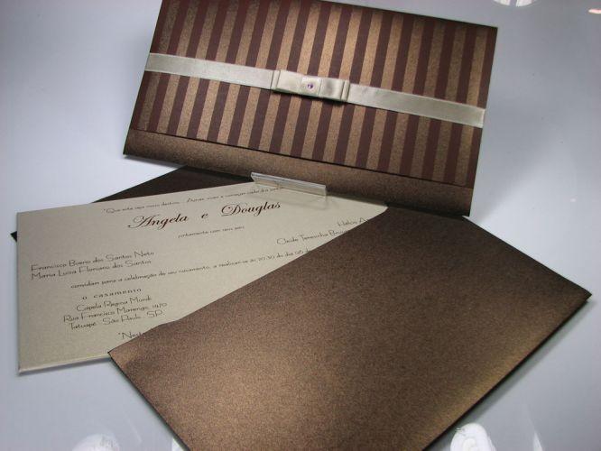 Modelo com lacre de fita de cetim com laço Chanel duplo e strass e impressão de estampa na aba; R$ 1.065 (100 unidades), de Andréa Nocera