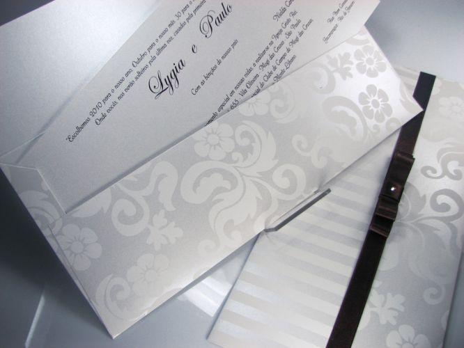 Destaque para arabescos no envelope, com lacre Chanel duplo e strass; R$ 1.195 (100 unidades), de Andréa Nocera