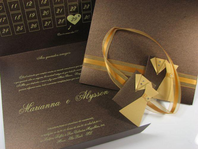 Na cor café, o convite traz fita de voil e detalhe de roupinhas com strass; R$ 1.070 (100 unidades), de Andréa Nocera