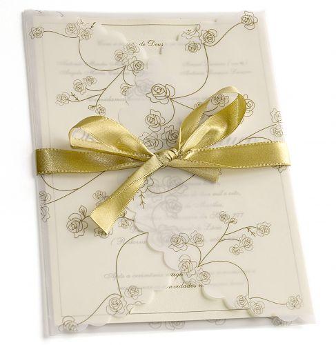 Modelo apresenta rosas, transparência e laço dourado; R$ 500 (100 unidades), na Feito à Mão