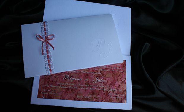 Monograma em relevo seco e box com pétalas de hortênsias desidratadas. Decoração com passa fita e laço; R$ 750 (100 unidades), na Art Foco