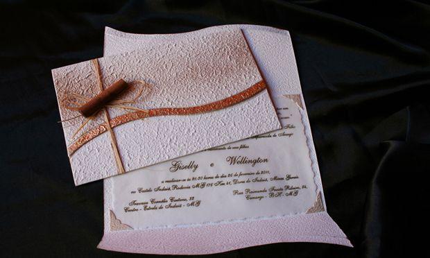 Molduras em papel reciclado com marmorização e decoração com fios de sisal e canela; R$ 280 (100 unidades), na Art Foco