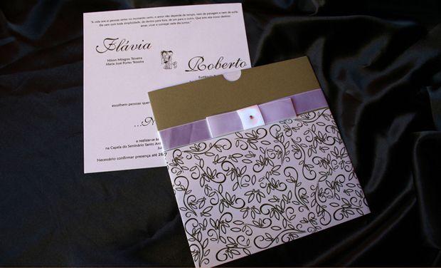 Opção com fita de cetim com laço Chanel simples e strass; R$ 440 (100 unidades), na Art Foco