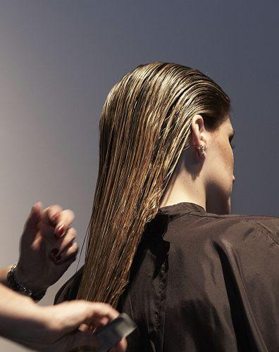 Começando pelo cabelo curto, inspirado no novo look de Suzana Pires, penteie todo o cabelo para trás