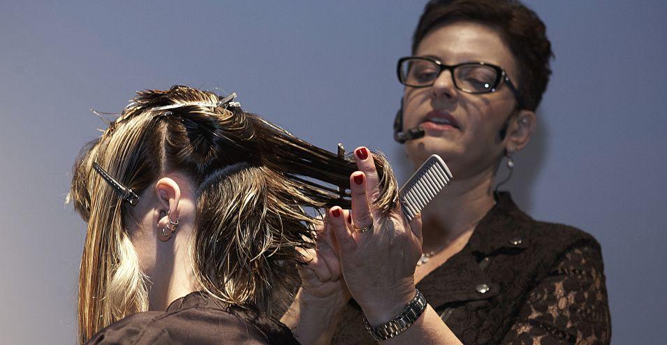 Repita o processo por todo o cabelo, desfiando as pontas de 1 a 2 dedos