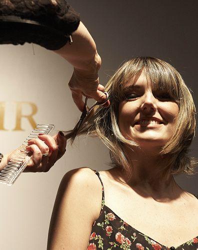 Seque os fios e arremate as pontinhas, caso ache necessário, para deixar o cabelo no formato desejado
