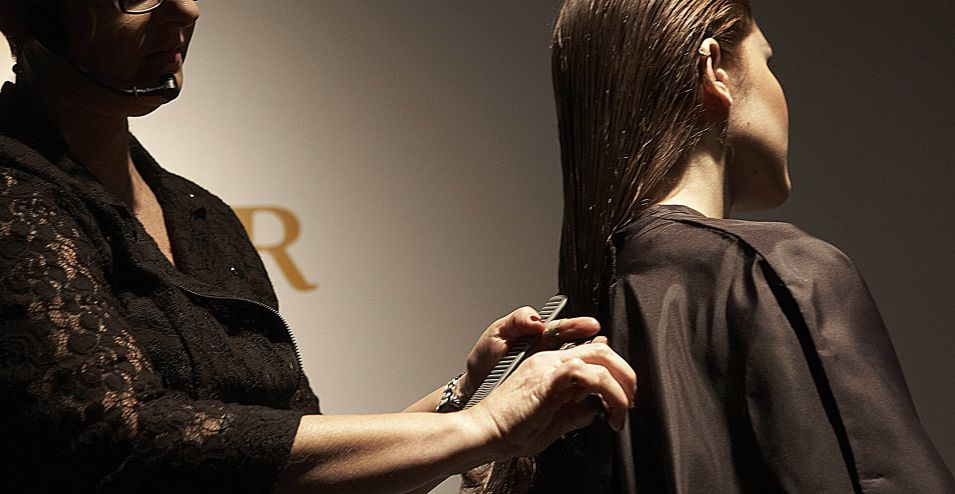 Para fazer o corte da it girl Olivia Palermo, o primeiro passo é pentear todo o cabelo para trás