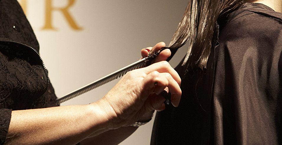 Demarque a altura, aproximadamente de um a dois dedos abaixo do ombro, e corte com a tesoura na diagonal