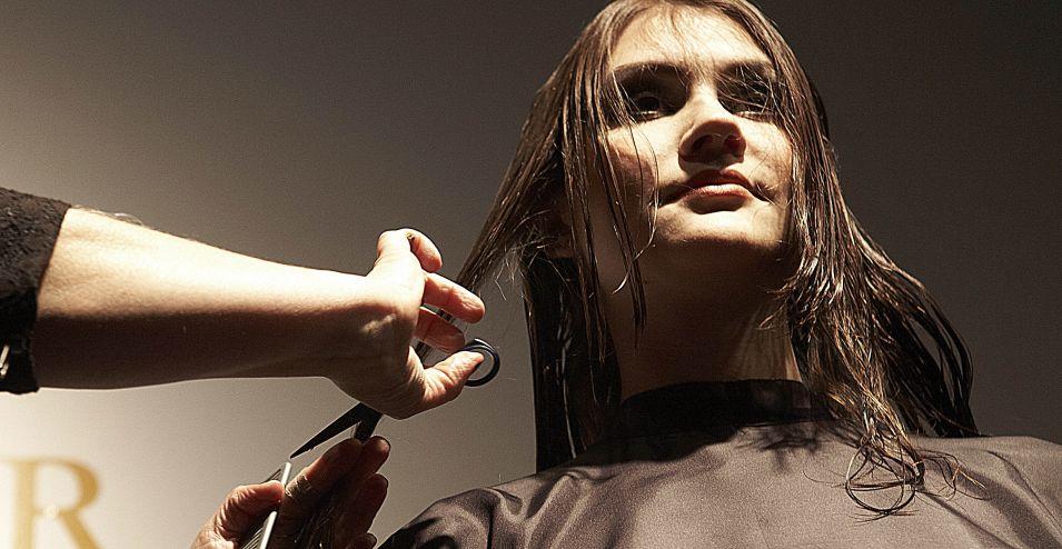Para fazer o contorno do rosto e dar continuidade da franja para o comprimento, separe as mechas laterais e vá cortando e descendo a tesoura até encontrar o tamanho final do cabelo. Assim, o cabelo fica em camadas na frente