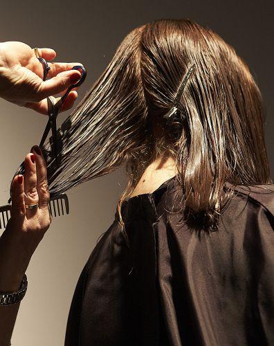 Separe uma mecha vertical na parte de trás da cabeça, projete-a a 45° da cabeça e corte aproximadamente dois dedos das pontinhas.