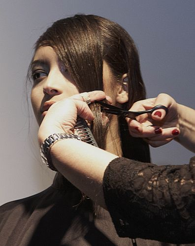 Separe a franja, projete-a para o lado oposto a ser usado e corte-a na altura do nariz.