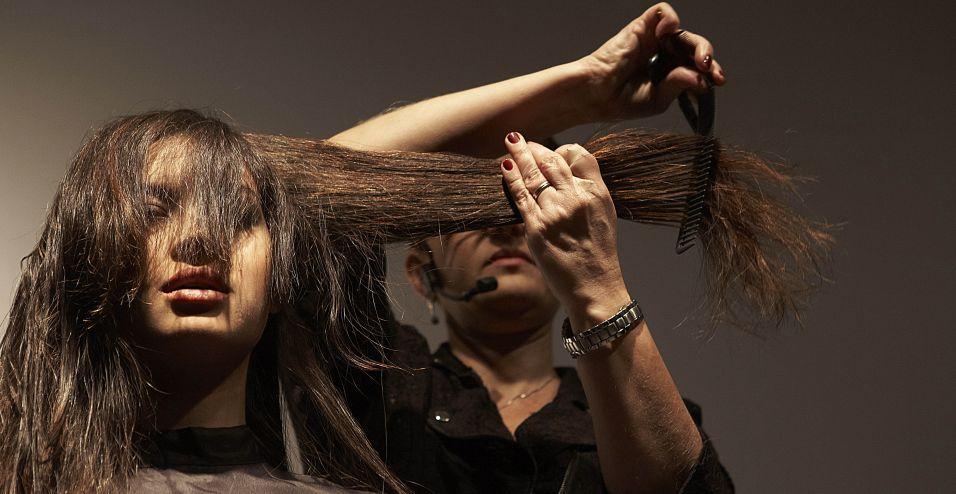 Repita o processo em todo o cabelo, levantando sempre o cabelo a 90° da cabeça, de acordo com a posição