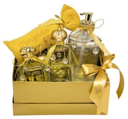 O kit Imperial Gold de Tania Bulhões Perfumes vem com um Soft lotion, spray perfumado para casa, colônia e um sachê perfumado escrito