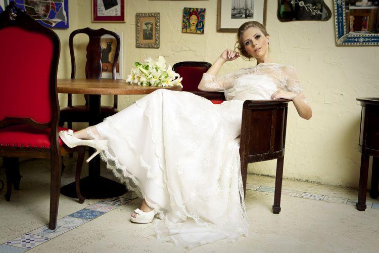 O sapato Kila em modelo peep toe de cetim de seda (R$ 1.300) acompanha o vestido Dani Messih (R$ 11.600)Preços pesquisados em dezembro de 2011 e sujeitos a alterações