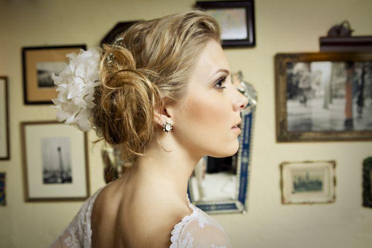 Detalhe para o arranjo de cabelo Emannuelle Junqueira, com flores peônias usadas como grinalda (R$ 290)Preços pesquisados em dezembro de 2011 e sujeitos a alterações