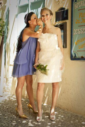 A noiva usa vestido curto Carla Gaspar para White Hall em tule de seda (R$ 8.000), grinalda de cacho de flor Carla Gaspar (R$ 183), brincos Casa Vasconcellos de prata envelhecida com pérolas (R$ 395), sapato Kila em cetim de ceda (R$ 1.300). A madrinha veste look Cecília Echenique com vestido curto de georgete de seda com aplicações de pedras (R$ 605), tiara trançada (R$ 226) e sapato escarpin dourado (R$ 840)Preços pesquisados em dezembro de 2011 e sujeitos a alterações
