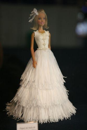 O papel de bala de coco liso serviu de matéria-prima para este vestido com glitter