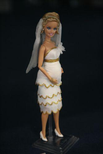 Entre as 15 criações de Valquíria Ramos, está esse vestido feito de lenços umidecidos e glitter