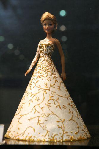 Papel de parede e glitter são os materiais que Valquíria usou para esse modelo da exposição